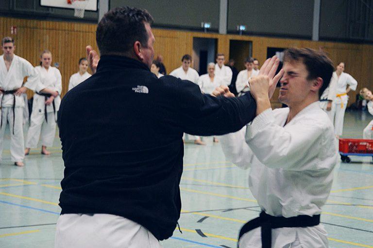 Sven Grote und Christopher Steffen demonstrieren einfache Selbstverteidigungstechniken