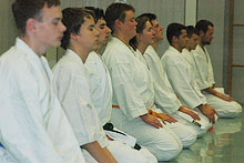Meditation am Anfang des Karate-Trainings