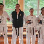 Erfolgreiche DAN-Prüfungen: Svenja Gerke, Nila Nazari und Philipp Herzog mit Trainer Sven Grote